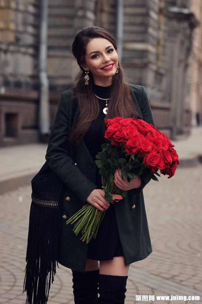 捧着玫瑰花束的美女