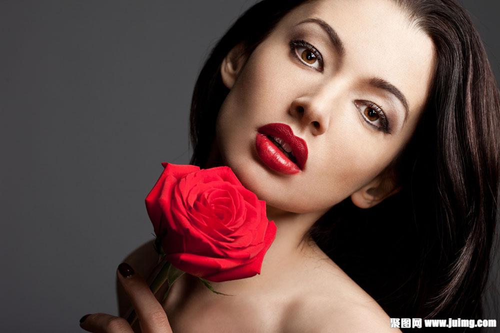 拿玫瑰花彩妆美女