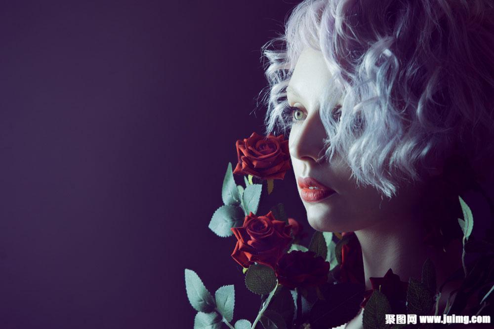 拿玫瑰花白发美女