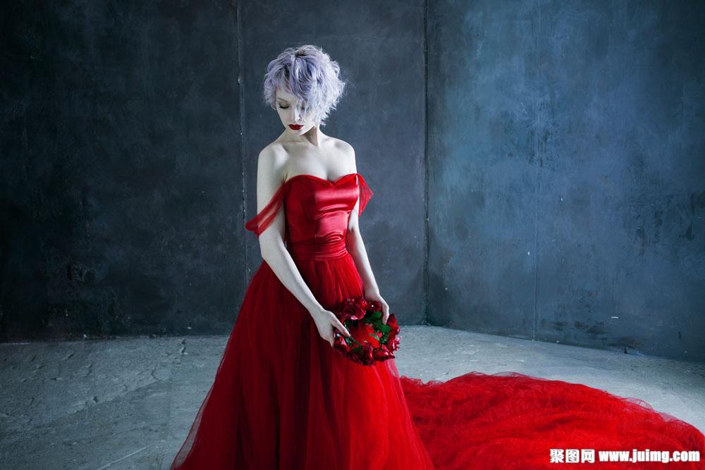 拿玫瑰花红裙美女