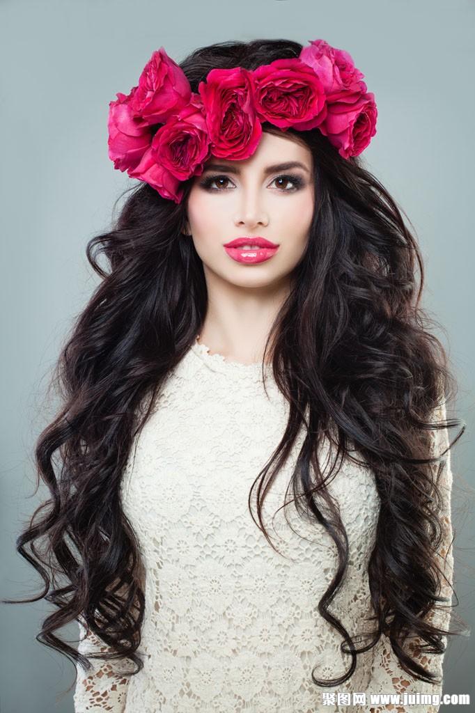 戴玫瑰花卷发美女